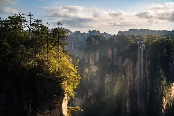 Самый высокий лифт в мире«Лифт ста драконов» Лифт в горах, созданный для посещения смотровой площадки, находится в Китае и называется «Лифт ста драконов» и поднимается он на высоту 360 метров.