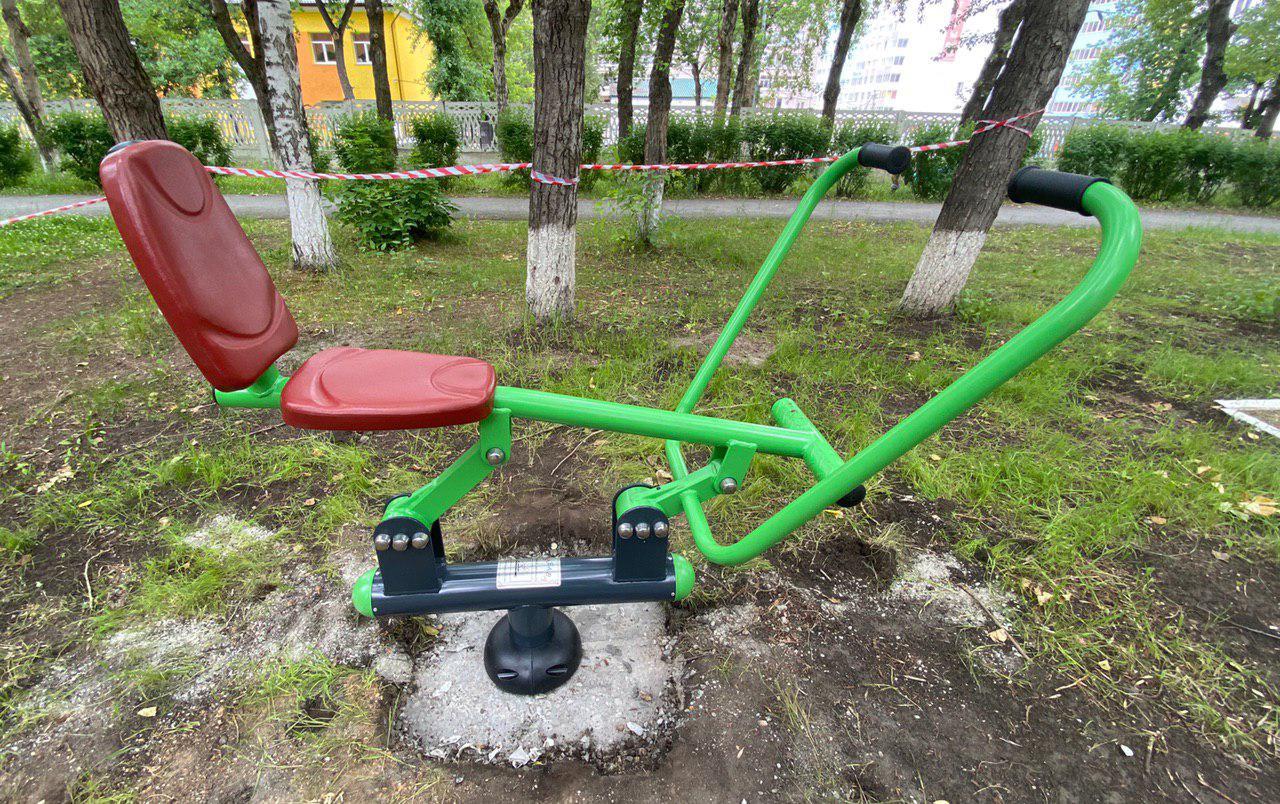Установил тренажёры для пенсионеров в парке Эльмашевский