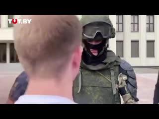 Девушки обнимают омоновцев на Украине