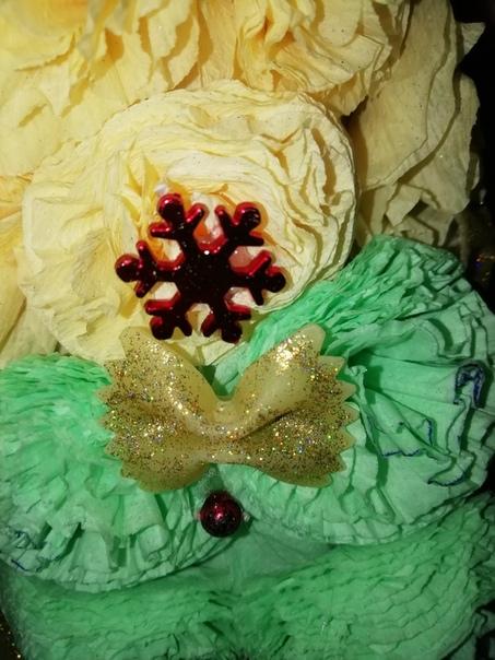 Ниже мы уже видели пост о дереве из таких очаровательных цветочков Если вам знакома такая техника из салфеток, то самое время создать ёлкуДля украшения возьмите любые новогодние украшения: