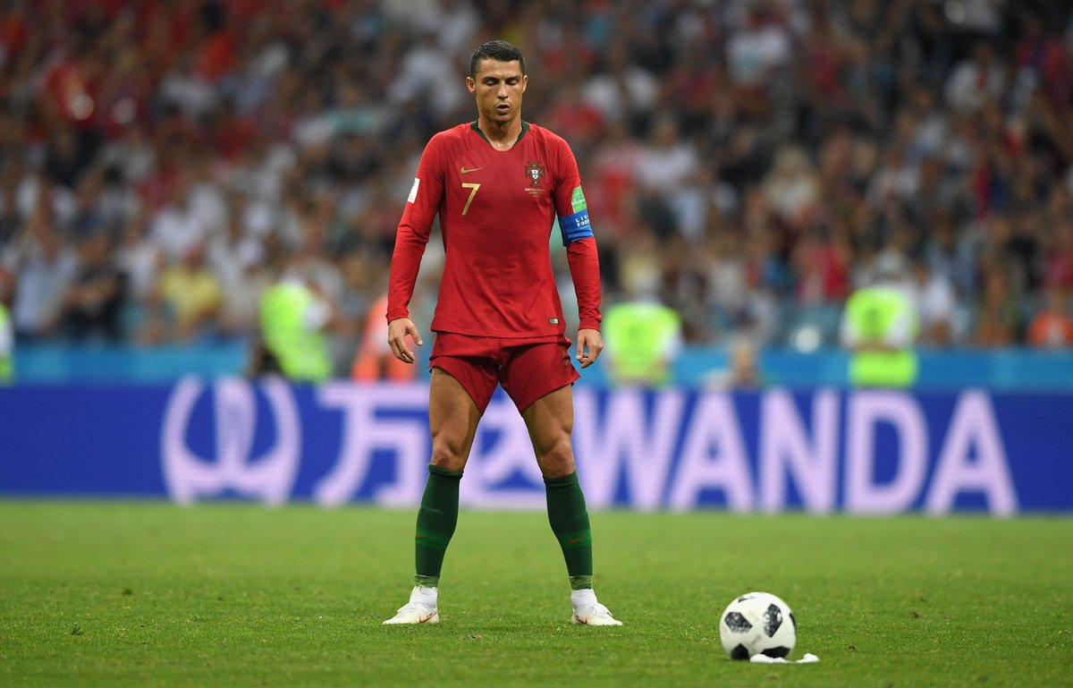 Криштиану Роналду бьет штрафной. Сборная Португалии