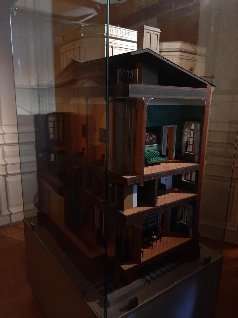 Современный макет с лифтом и комнатами