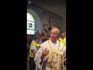 Un curé chante le chant des gilets jaunes anti-Macron