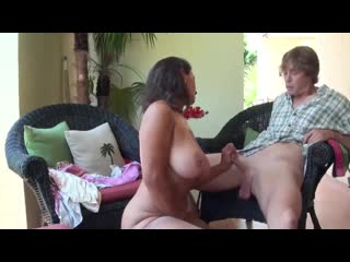 [Persia Monir] Real taboo - stepmom gets kinky with stepson Мамаша с огромными сиськами дрочит сыну и глотает его сперму инцест