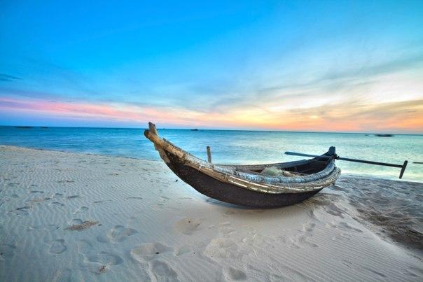 Один богатый человек, улучив минутку между делами, прогуливался по берегу моря....