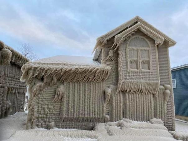 Ураганный ветер и 5-метровые волны превратили прибрежные дома на озере Эри в сюрреалистических ледяных истуканов Жители восточного побережья озера Эри (Lae Erie) в штате Нью-Йорк, США,